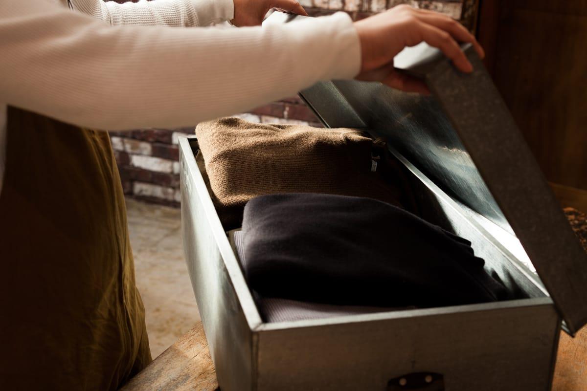 普段から心がけたい衣類の「虫食い」を防ぐ方法。〜日常のメンテナンスと洋服ブラシの使い方について〜